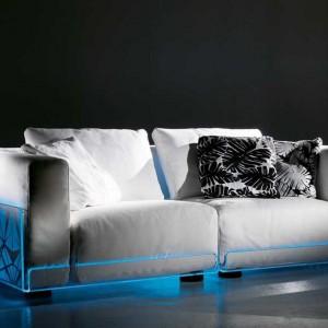 Dwuosobowa, podświetlana sofa idealna do nowoczesnego salonu. Fot. Colico Design.