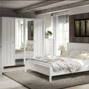 Klasyczna, 4-drzwiowa szafa z kolekcji Village. Białe meble doskonale sprawdzą się w klasycznych sypialniach. Fot. FM Bravo.