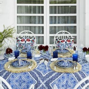 Zastaw stołowa z letniej kolekcji marki Zara Home. Do indywidualnego skompletowania z efektownymi sztućcami, szkłem, a nawet obrusem. Fot. Zara Home.