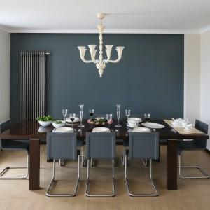 Nowoczesna jadalnia z oświetleniem w stylu glamour. Jasna zastawa na ciemnym stole nawet z daleka wygląd elegancko. Projekt wnętrza: Izabella Korol. Fot. Bartosz Jarosz.