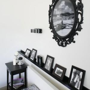 Galeria fotografii umieszczona w czarnych ramkach kontrastuje z bielą ścian. Proj. Małgorzata Mazur Fot. Bartosz Jarosz.