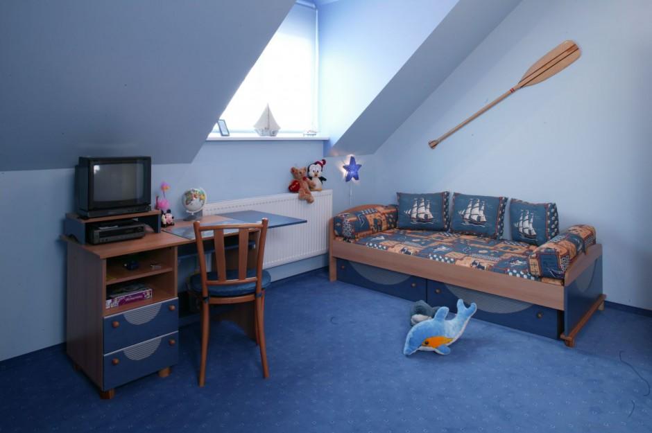 ustawienie biurka przy urz dzamy morski pok j dla ch opca. Black Bedroom Furniture Sets. Home Design Ideas