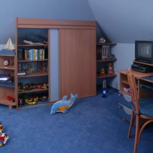 W szafie z przesuwnymi drzwiami mały gospodarz przechowuje książki i zabawki.