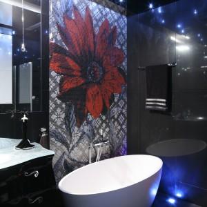 Czerwony kwiat wykonany z mozaiki stanowi ciekawy kontrast dla dominującej czerni.  Projekt Agnieszka Hajdas-Obajtek. Fot. Bartosz Jarosz.