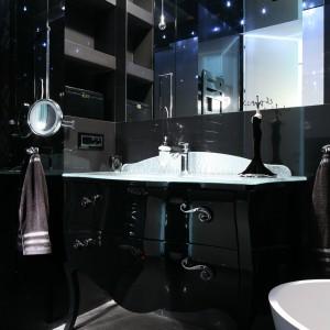 Czarna, lakierowana na wysoki połysk komoda to najbardziej reprezentacyjny element łazience. Doskonale sprawdziła się też w roli szafki pod umywalkę.  Projekt Agnieszka Hajdas-Obajtek. Fot. Bartosz Jarosz.