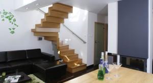 Schody to dość częsty element architektury salonu w domu piętrowym, a zwłaszcza z poddaszem użytkowym. Zobaczcie pokoje dzienne, w których schody stanowią istotny element aranżacji i są prawdziwą ozdobą salonu.