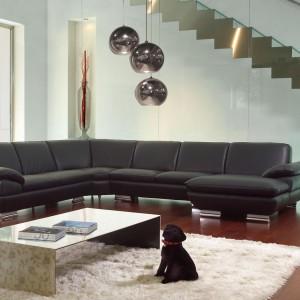 Obecność schodów podkreślono stalowym detalem na ścianie. Fot. Ebano Design.