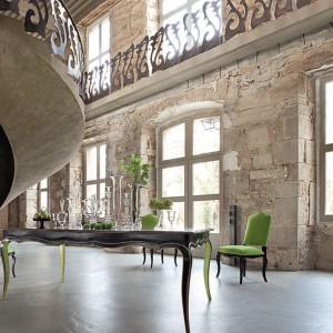 Kręte schody z niezwykle dekoracyjną balustradą. Roche Bobois Paris.