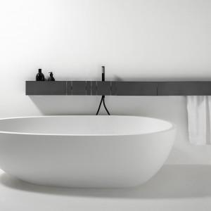 Wanna wolno stojąca Spoon XL zaprojektowana przez Bendini Associati wykonana została z kompozytu Cristalplant o pięknej matowej fakturze przypominającej kamień. Fot. Agape/Kari Mobili.