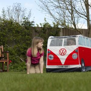 Autobusowy namiot można wykorzystać także w ogrodzie. Fot. The Monster Factory.
