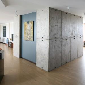 Obraz zawieszono na fragmencie ściany między panelami o surowej, imitującej beton powierzchni. Jest widoczny z różnych części apartamentu. Projekt: Izabella Korol, współpraca: Katarzyna Jaromska. Fot. Bartosz Jarosz. Stylizacja: Ewa Kozioł.