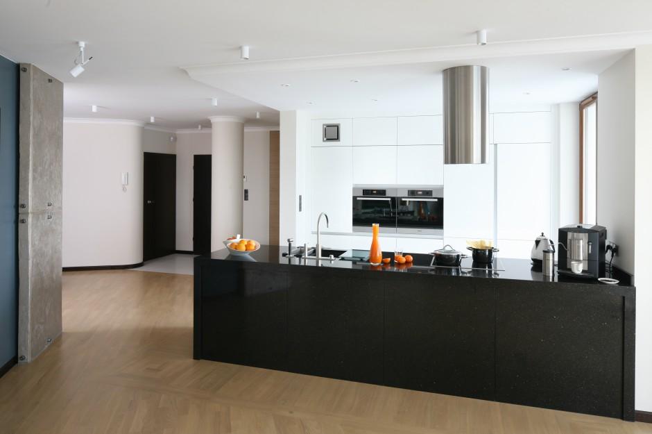 W kuchni otwartej na salon Biało czarna kuchnia w nowoczesnym stylu  St