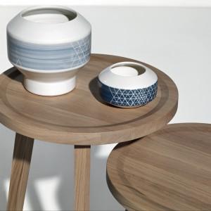 Urocze stoliki pomocnicze z kolekcji InOut marki Gervasoni wykonane zostały z drewna teakowego. Ich okrągła forma zachowuje klasyczny wzór. Fot. Gervasoni.