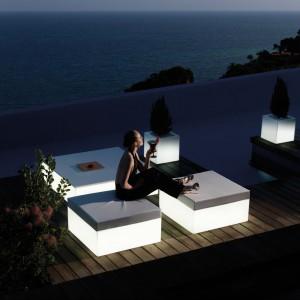 Stoły i pufy ogrodowe z kolekcji Quadrat marki Vondom uzupełniają donice o tej samej kubistycznej formie. Fot. Vondom.