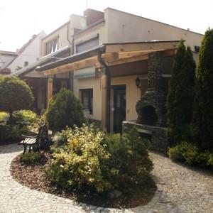 Dwukondygnacyjny budynek o prostej, nowoczesnej bryle dzieli działkę na dwie różne strefy użytkowe. Fot. Monika Filipiuk-Obałek.