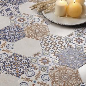 Płytki podłogowe z kolekcji Harmony marki Perdona w odcieniu naturalnej ochry połączone z czystą bielą oraz błękitem oceanu. Fot. Perdona.
