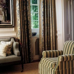 Wzorzyste zasłony dodadzą uroku wnętrzu w rustykalnym stylu. Fot. Colefax and Fovler.