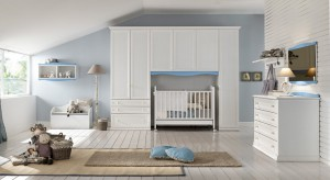 Jasny i przestronny pokój to miejsce idealne dla noworodka, jak i coraz pewniej stąpającego już dziecka. Jest bezpieczny i dobrze zorganizowany, a delikatna kolorystyka działa na malucha uspokajająco.