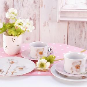 Zestaw herbaciany Botanique. Składa się z filiżanki z podstawką i talerza deserowego. Wykonany z porcelany z nietuzinkowym motywem kwiatowym. 34 zł, Pierrot Home Design/Sodo.pl.