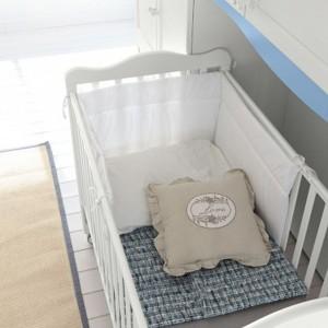 W dzień, kiedy dziecko potrzebuje przestrzenie do zabawy, łóżeczko można wsunąć we wnękę w szafie. Fot. Colombini Casa.