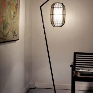 Minimalistyczna lampa Kai stworzona z włókna kokosowego i metalu chromowanego. Fot. Hive.