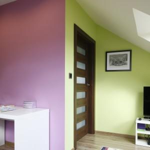 Kontrast lila różu z limonkową zielenią stanowi idealne tło dla mebli w klasycznych kolorach. Fot. Bartosz Jarosz.