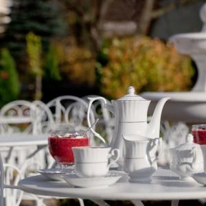 Serwis do kawy z kolekcji Iwona. Białą porcelaną pięknie zdobi delikatny motyw w złotym kolorze. Całość prezentuje się bardzo elegancko. 9,03 zł/kubek, 45,69 zł/imbryk, Polskie Fabryki Porcelany Ćmielów i Chodzież.