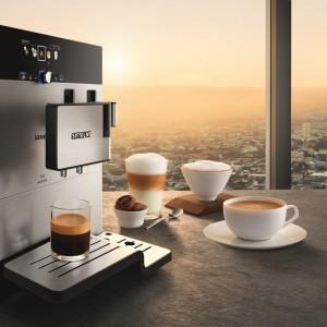 Ciśnieniowy ekspres do kawy EQ.8 seria 900. Posiada automat do kawy o mocy 1700 oraz wiele innych funkcji m.in. aromaIntense dla jeszcze większej intensywność aromatu kawy, aromaDoubleShot (podwójnie mocna kawa bez gorzkiego posmaku), coffeeSensor (system dostosowuje sposób mielenia do każdego rodzaju użytych ziaren). 6.499 zł, Siemens.