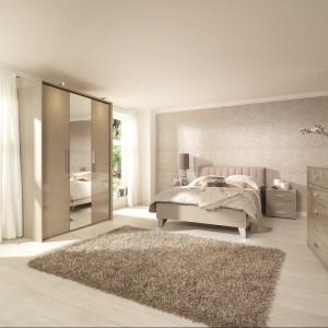 Sypialnia utrzymana w odcieniach. Beże połączono z delikatnymi brązami tworząc przytulną sypialnię. Fot. Roche Bobois.
