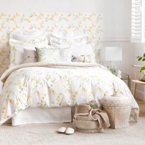 Białe ściany w połączeniu z deliktanymi tkaninami stworzą romantyczną sypialnię. Fot. Zara Home.