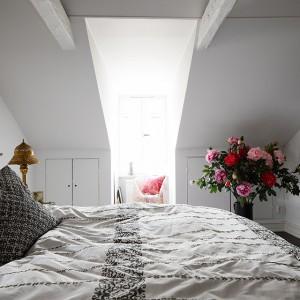 Biała sypialnia urządzona w skandynawskim stylu. Fot. Fantastic Frank.