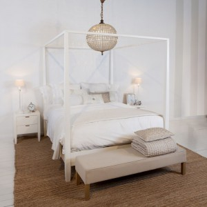 Jasne wnętrze ociepla brązowy dywan, dzięki czemu sypialnia staje się bardzo przytulna. Fot. Flamant.