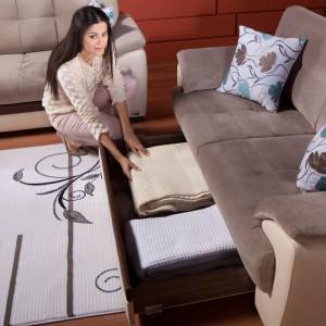 Sofa Tual zawiera szufladę, w której można schować np. pościel dla gości. Fot. Istikbal.