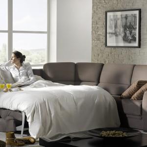 Współczesne kanapy rozkładane zapewniają nie mniejszy komfort snu niż łóżko. Fot. Rom.