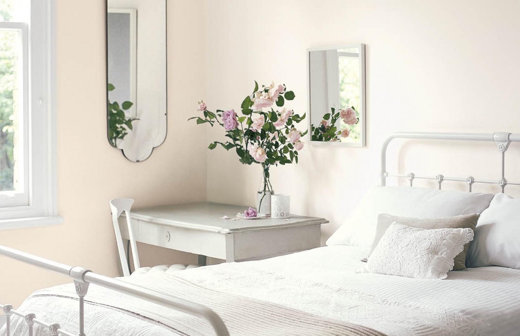 Jasne odcienie stanowią doskonałe tło dla białych mebli, tkanin i dodatków. Fot. Dulux.