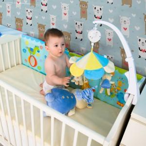 Ekologiczna tapeta marki Minka Kids znakomicie sprawdzi się w pokoju niemowlaka. Fot. Minka Kids.