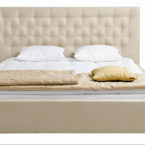 Tapicerowane łóżko z oryginalnym przeszyciami.Fot. Black Red White.