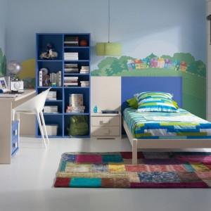 Niebieskie niebo namalowane na ścianie wprowadza do pokoju dziecka iście sielski klimat. Fot. Muebles Lara.