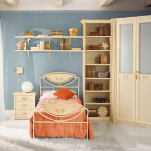 Bladoniebieskie ściany stanowią dobre tło dla mebli w ciepłym, kremowym kolorze. Fot. Pentamobili.