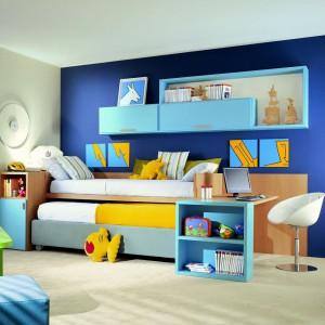 Kompozycja jasnego granatu i błękitu wzbogacona o żółte detale spodoba się zarówno dziewczynce, jak i chłopcu. Fot. Dear Kids.