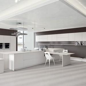 Meble z kolekcji AK_04 z oferty firmy Arrital Cucine. Białe fronty otwierane bezuchwytowo i blaty z gładkiego Corianu wprowadzają do kuchni nowoczesny klimat. Podkreśla go również kolorystyka ścian i podłogi. Warto zwrócić uwagę na to jak zaplanowany został stół. Projekt: Franco Driusso.