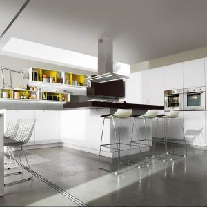 Meble z kolekcji H 78 – model Sicro Matt z oferty firmy Miton. O ładnej, prostej formie. Matowe, białe fronty doskonale pasują do koloru szarego zastosowanego na ścinach oraz na podłodze. Żółty stanowi fajny akcent kolorystyczny, który może nawiązywać do tego, co znajdziemy w salonie.