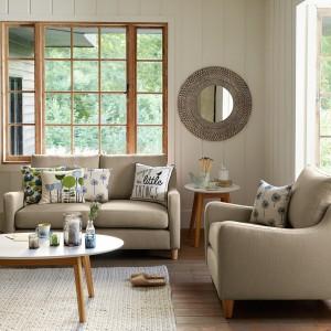 Do przytulnego wnętrza najlepiej pasują meble tapicerowane miękką tkaniną. Fot. Debenhams.