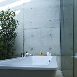 Akcesoria łazienkowe linii Il Bagno Alessi Dot zaprojektował holenderski architekt Wiel Arets.  W tej kolekcji główny nacisk został położony na taką aranżację wnętrza, które zapewnia pełny relaks. Na produktach tej linii umieszczono symbol projektu — okrąg. Fot. Oras.