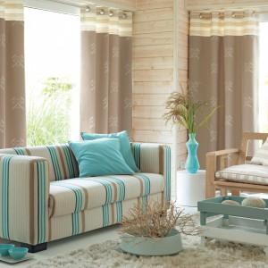 Odrobina seledynowej barwy wnosi do przytulnego pokoju nieco świeżości. Zasłony z kolekcji Pearl Bay marki Casadeco. Fot. Casadeco.