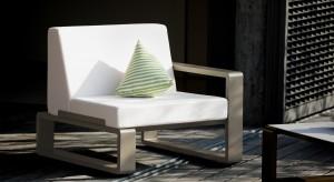 Jest duży, wygodny i świetnie się prezentuje. Fotel to mebel, który doskonale sprawdzi się także w ogrodzie. Przedstawiamy najpiękniejsze modele dedykowane na zewnątrz.<br /><br />