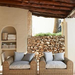 Duże, reprezentacyjne fotele marki Rivier Maison dostępne są w jasnym i ciepłym wybarwieniu rattanu, z którego zostały wykonane. Tradycyjna forma podkreśla ich wygodę i styl. Fot. Riviera Maison/House&More.