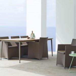 Fotel ogrodowy z kolekcji Diamond marki Cane Line dostępny jest w trzech kolorach: szarym, brązowym i białym. Jego niezwykle smukła konstrukcja pokryta została wodoodpornym materiałem. Fot. Cane Line.