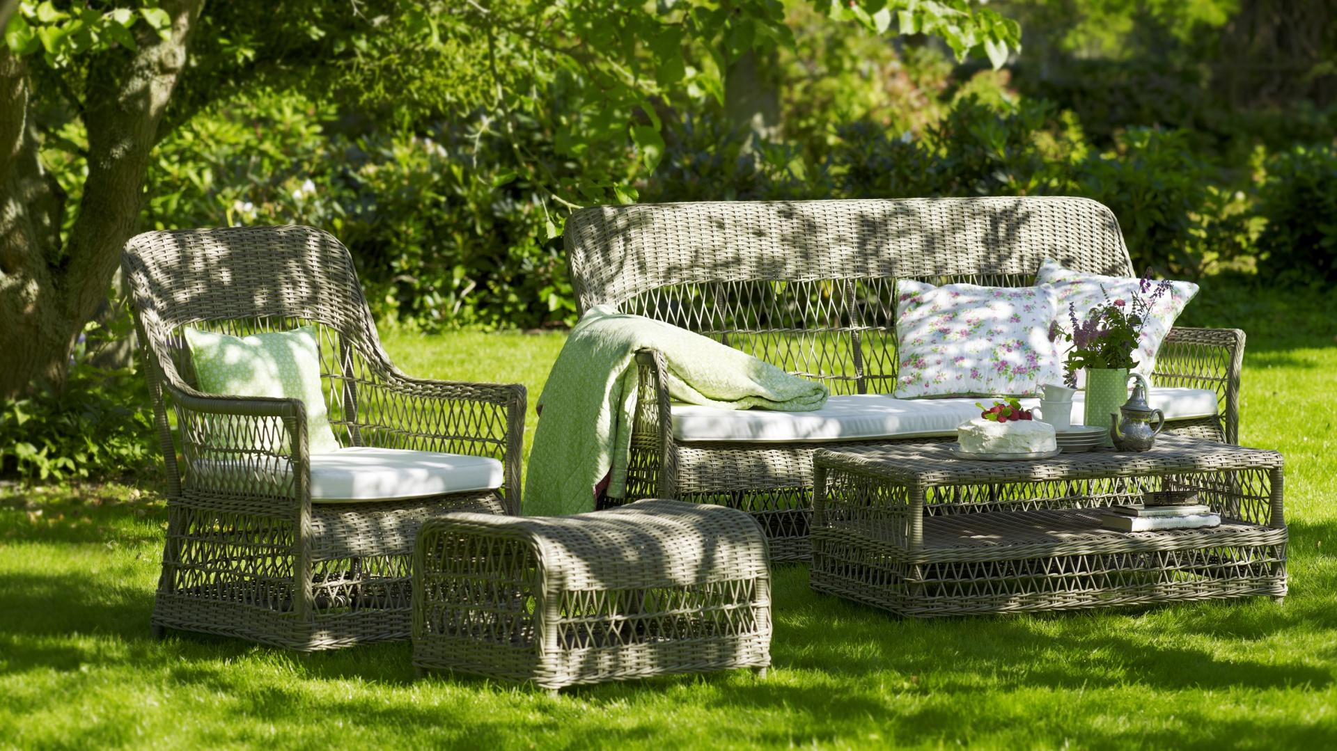 Stylowe meble ogrodowe z kolekcji Georgia Garden marki Sika Design wyróżnia tradycyjny splot rattanu w naturalnym szarym wybarwieniu. Fot. Sika Design.