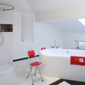 Salon kąpielowy jest praktycznie monochromatyczny – białe są ściany, podłoga, ceramika, meble i dodatki. Proj. arch. wnętrz Katarzyna Merta -Korzniakow. Fot. Monika Filipiuk-Obałek.